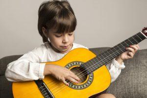 Julie, 6 ans, débute la guitare