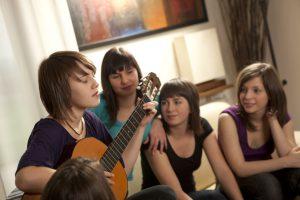 Guitariste jouant pour ses amies