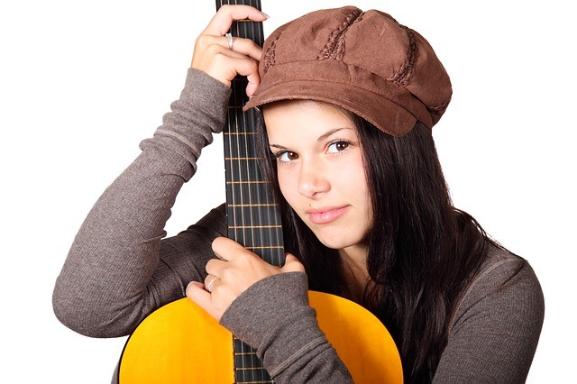 Jeune étudiante en guitare