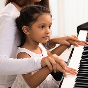 Léa pendant son cours de piano