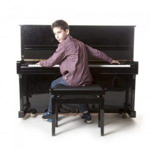 enfant jouant du piano