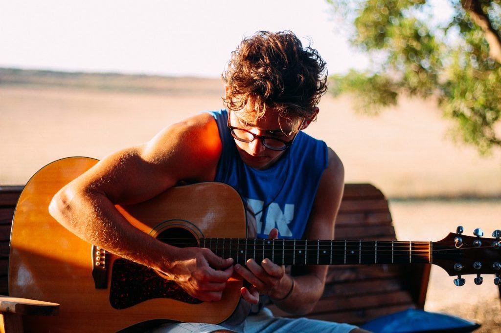 Apprendre à jouer de la guitare adulte